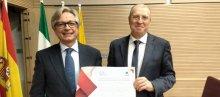 Guillermo Antiñolo y Joaquín Dopazo con el galardón del Colegio de Médicos de Córdoba y Caixabank